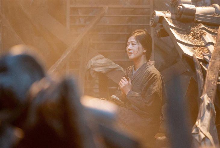 空襲に襲われた豊橋でぼう然とする光子(薬師丸ひろ子) 写真提供=NHK