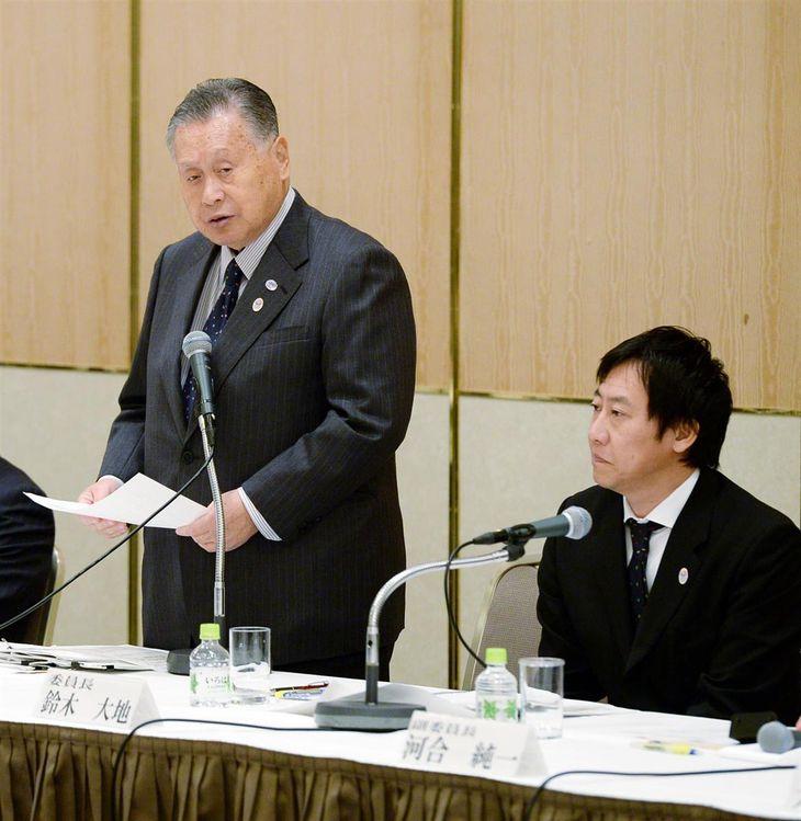 2015年1月、東京オリンピック・パラリンピック競技大会組織委員会が第2回アスリート委員会を開催。冒頭であいさつする森喜朗会長(左)。右隣は鈴木大地氏=東京都新宿区(寺河内美奈撮影)
