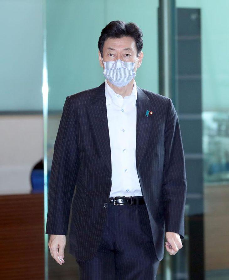 西村康稔経済再生担当相・社会保障改革担当相・新型コロナ特措法担当相(春名中撮影)