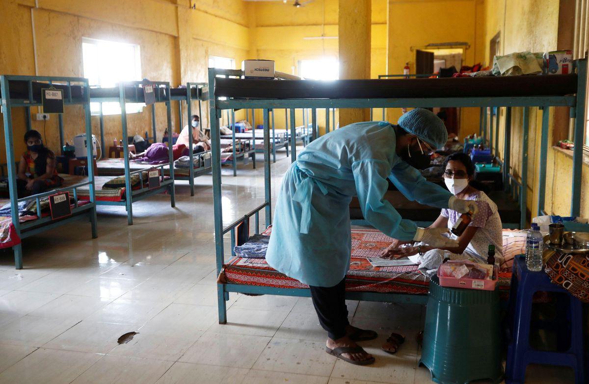 インド西部ムンバイ近郊で新型コロナウイルス患者の薬を確認する医師=24日(ロイター)