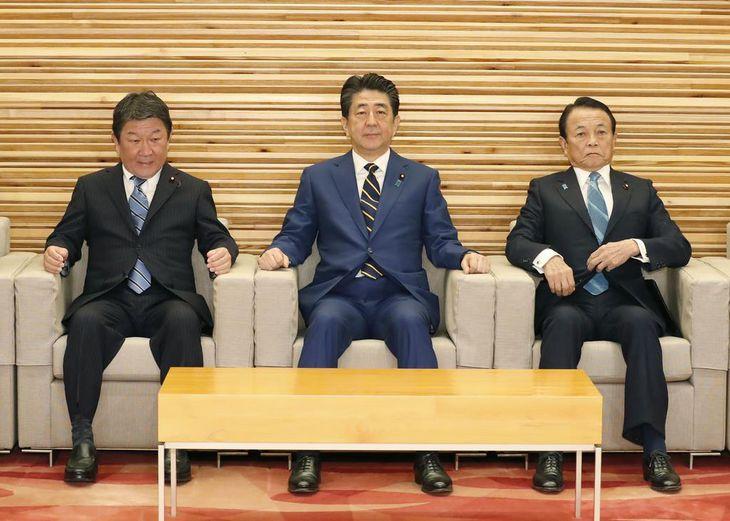 閣議に臨む安倍首相(中央)ら=20日午前、首相官邸