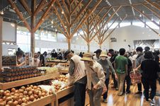 地元産の野菜などが並ぶ「道の駅なみえ」=1日午前、福島県浪江町