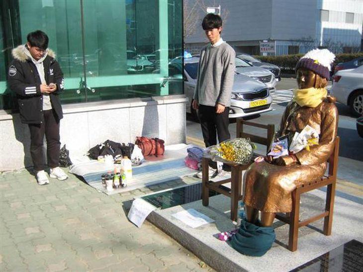 韓国・釜山の日本総領事館前に設置された慰安婦像(名村隆寛撮影)
