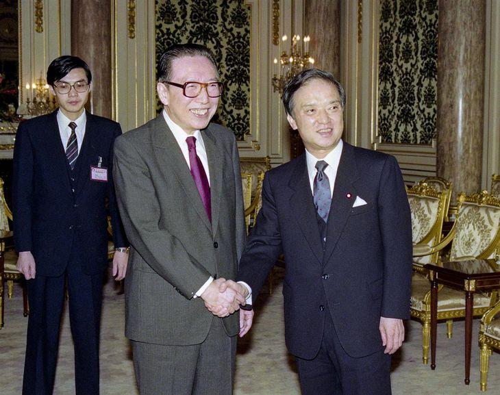 1990年11月13日、会談で握手を交わす中国の呉学謙副首相(左)と海部俊樹首相=東京・元赤坂の迎賓館(外務省外交史料館所蔵)