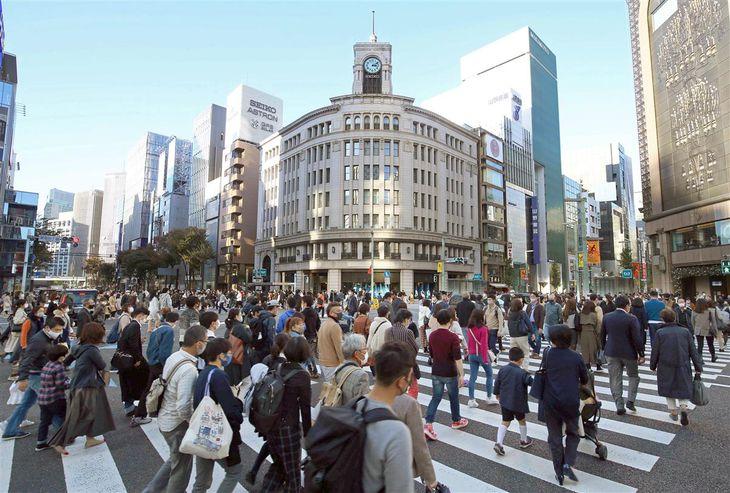 新型コロナウイルスの第3波の懸念が高まるなか、週末を迎えた銀座では多くの人の姿があった=14日午後、東京都中央区(萩原悠久人撮影)