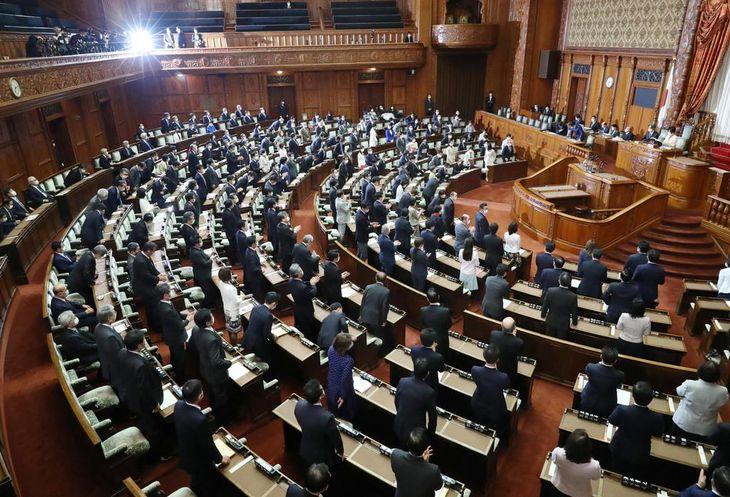 令和2年度補正予算が賛成多数で可決・成立した参院本会議=30日午後、国会(春名中撮影)