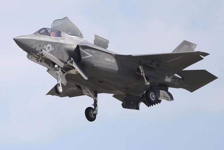 飛行する米海兵隊のF35B=5月4日、山口県岩国市(彦野公太朗撮影)
