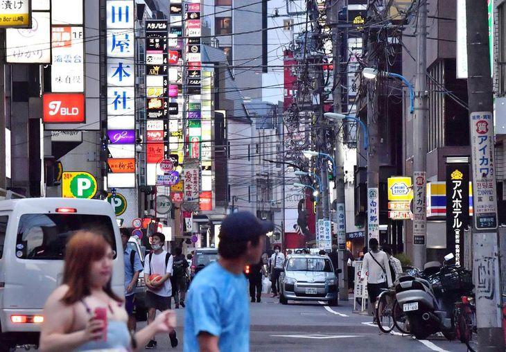 新宿・歌舞伎町ではマスク姿の通行人が目立った=10日午後6時49分、東京都新宿区(三尾郁恵撮影)