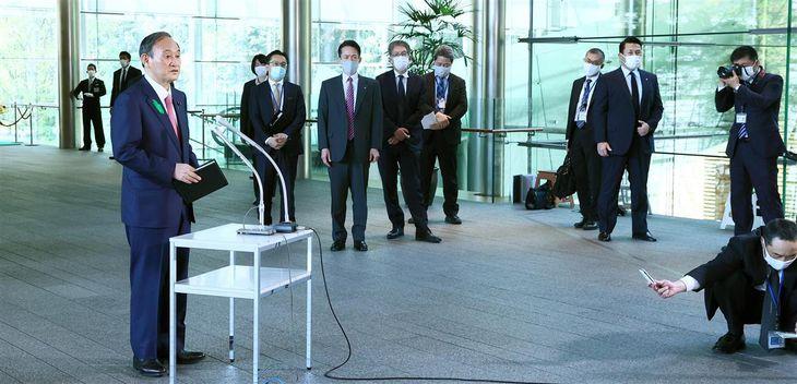 記者団の取材に応じる菅義偉首相=19日午前、首相官邸(春名中)