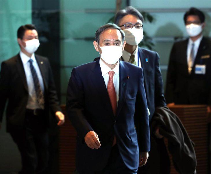 出邸する菅義偉首相=1日午前、首相官邸(春名中撮影)