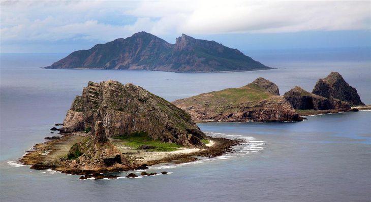 東シナ海上空から見た尖閣諸島。手前から南小島、北小島、魚釣島(鈴木健児撮影)
