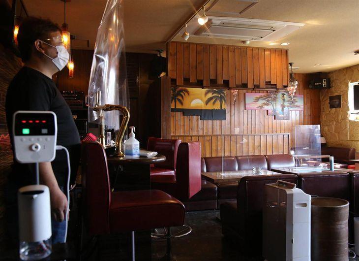 スナックレイの店内。入り口で検温と消毒、室内には空気清浄機やアクリル板の設置といった対策をとっていた=19日午後、茨城県日立市(永井大輔撮影)