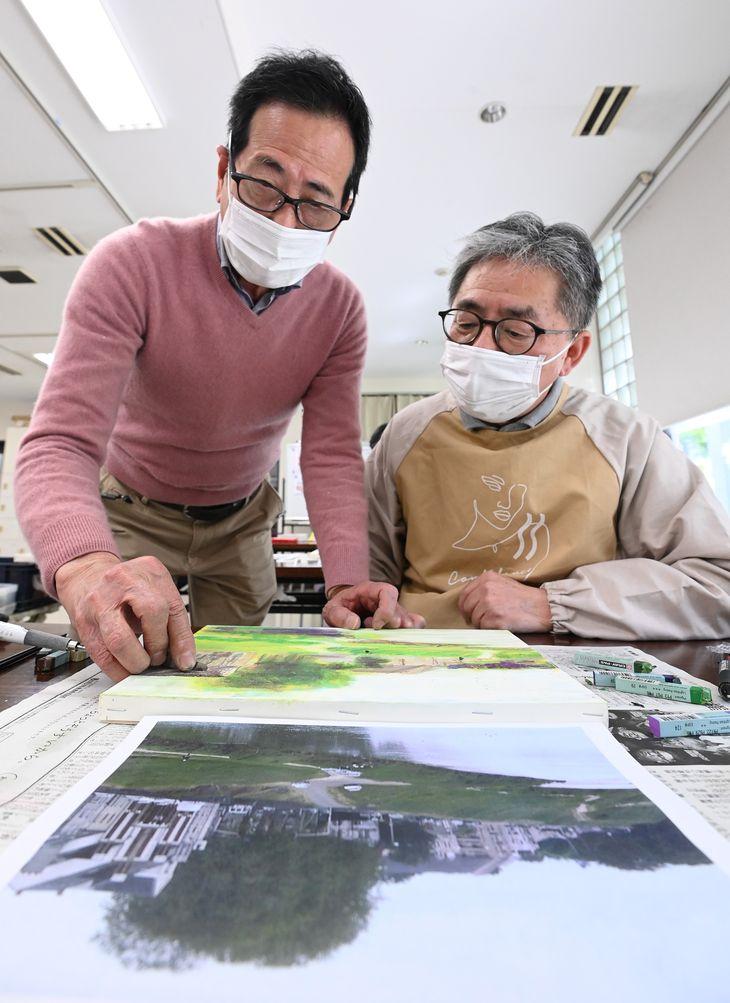 講師の田伏勉さん(左)からクレパス技法を学ぶ田所龍一記者=大阪市北区(須谷友郁撮影)