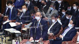 衆院予算委員会で答弁する菅義偉首相=25日午前、国会・第1委員室(春名中撮影)