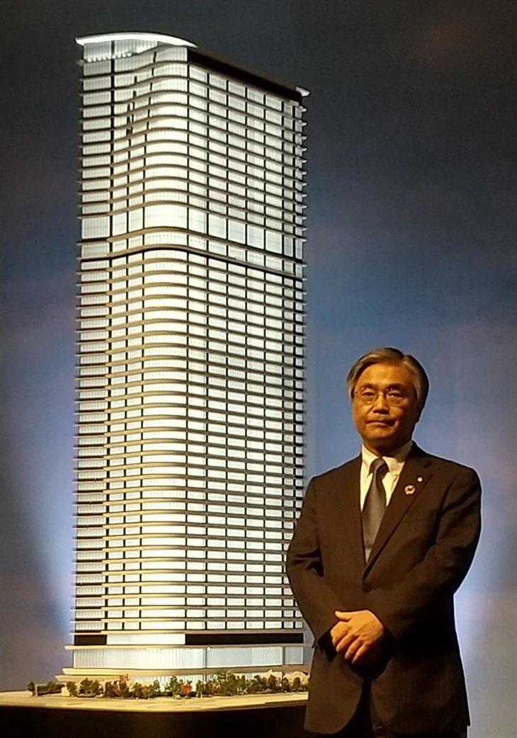 大阪・堂島に建設する超高層複合ビルの模型の前に立つ東京建物の野村均社長=8日、大阪市福島区(田村慶子撮影)