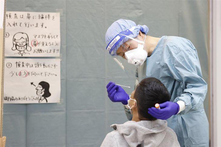 成田空港で帰国・入国者のPCR検査を行う検疫担当者=6月25日