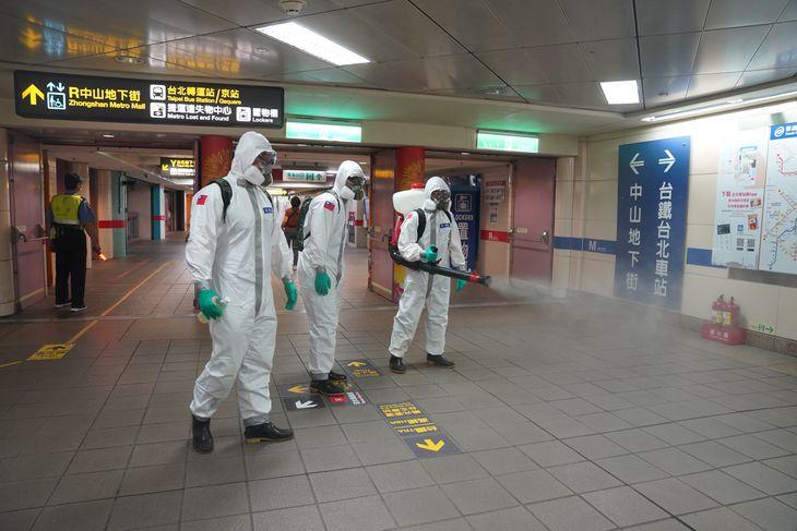 台北市の地下街で、消毒をする台湾軍の兵士ら(中央通信社=共同)