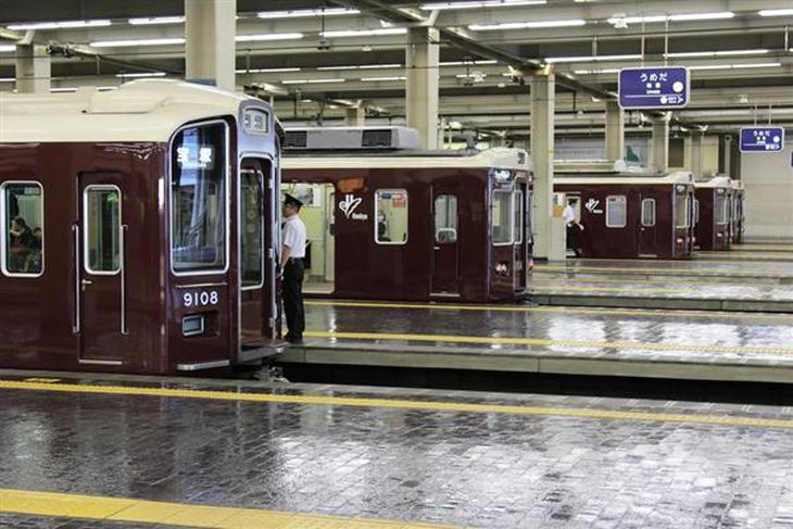 【鉄道ファン必見】いつ見てもピッカピカ なぜ阪急電車は「美しすぎる」? 伝統の色「阪急マルーン」の背後に浮かぶ〝ブランド〟