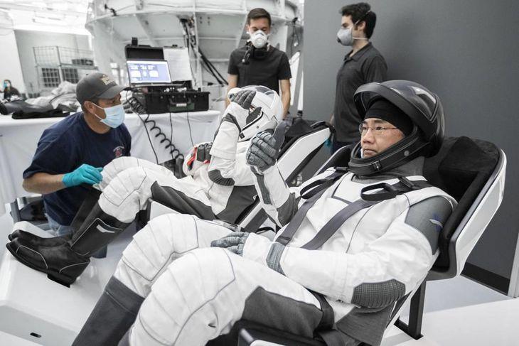 宇宙服を着て米新型宇宙船クルードラゴンの訓練に臨む野口聡一さん(手前)=スペースX社提供