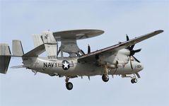 米海軍のE-2D早期警戒機「アドバンスド・ホークアイ」(4月12日、岩国市、岡田敏彦撮影)