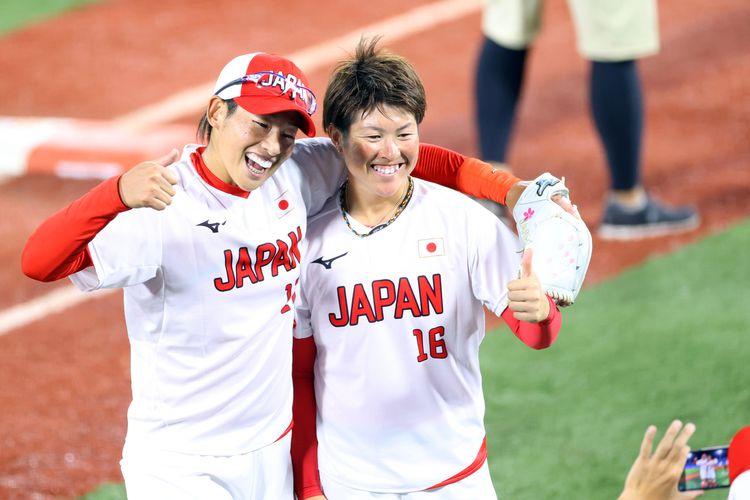 アメリカを破って金メダルを獲得し、喜ぶ上野由岐子(左)と藤田倭=27日、横浜スタジアム(納冨康撮影)