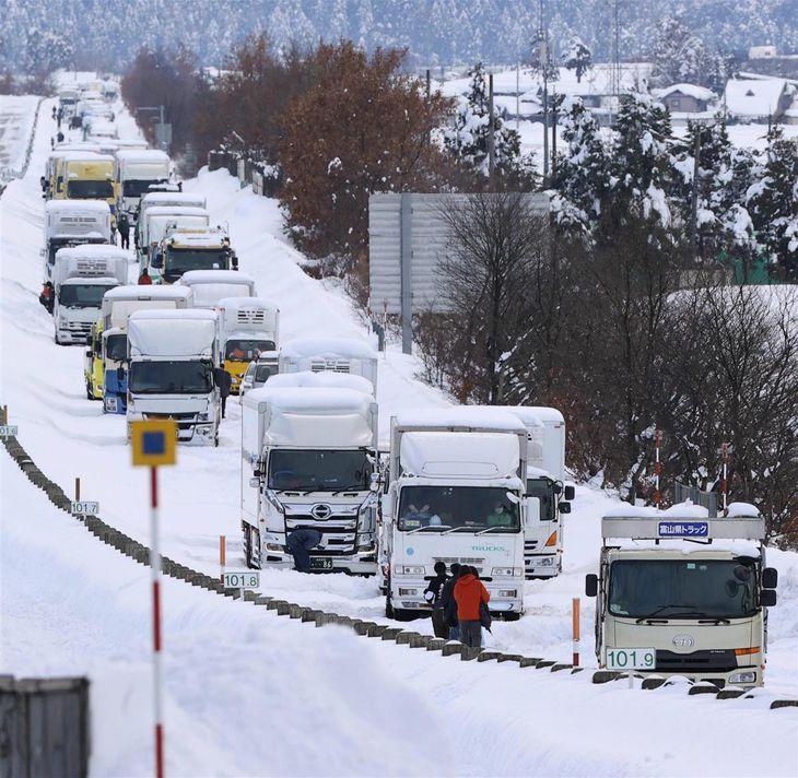 大雪の影響で、北陸自動車道福井北-福井IC間の下り線で立ち往生する車の列=10日午後2時44分、福井市(恵守乾撮影)