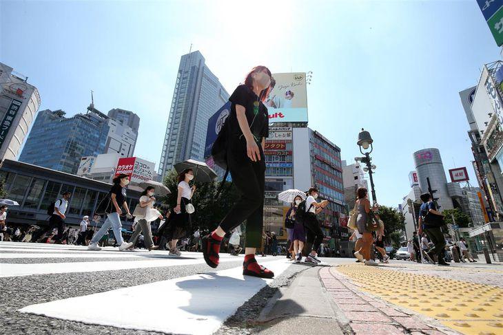 渋谷スクランブル交差点を歩くマスク姿の人たち=21日午後、東京都渋谷区(佐藤徳昭撮影)