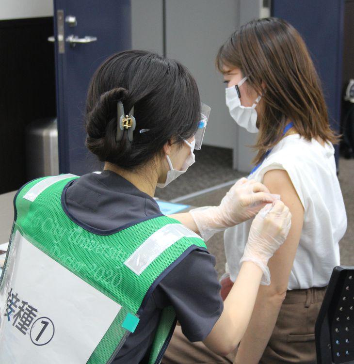 新型コロナワクチン接種を受ける医療従事者=大阪市阿倍野区の大阪市立大学医学部付属病院