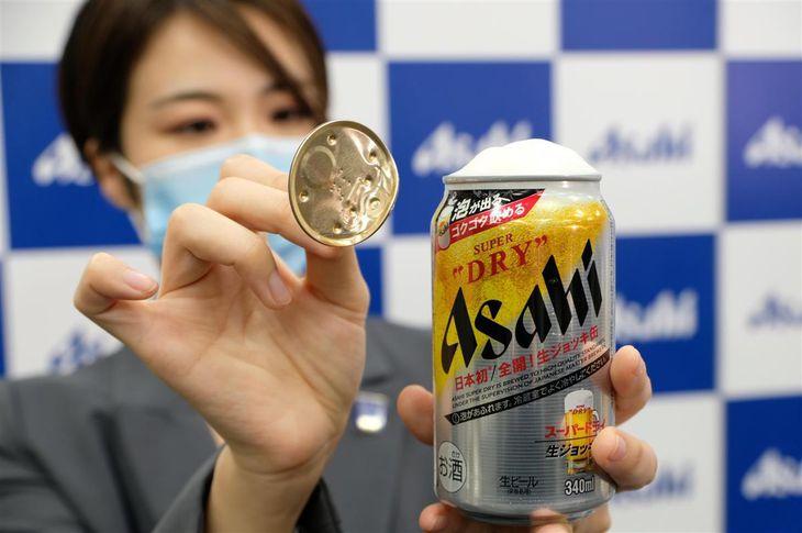 アサヒビールが6日にコンビニ発売した「アサヒスーパードライ 生ジョッキ缶」。フルオープンタイプの蓋を開けると自然に泡が立つ。受注が殺到したため、7日には出荷を停止した=1月6日、東京都中央区(日野稚子撮影)