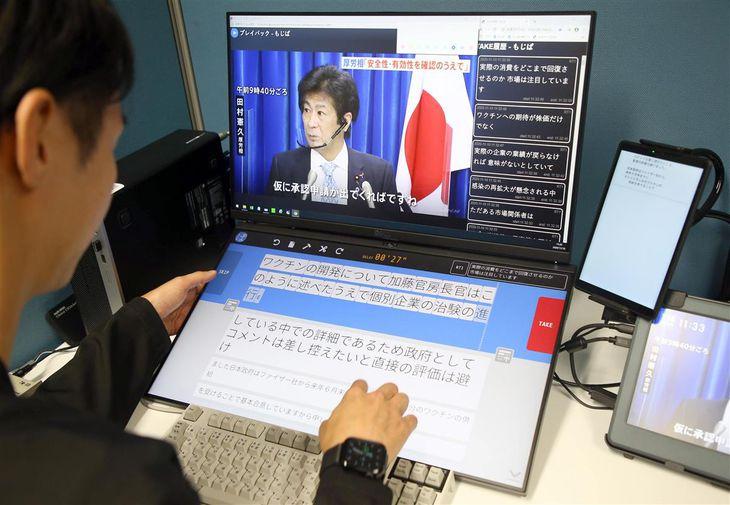 TBSが開発した字幕付与システム「もじぱ」を操作するオペレーター。改行カ所を直すなどの手直しをモニター上で行い、字幕を完成させる(萩原悠久人撮影)