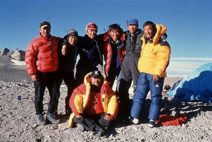南米アコンカグアでの映画ロケで俳優の西田敏行さんを囲む登山スタッフ。右端が本人 =2000年12月、5000メートル地点