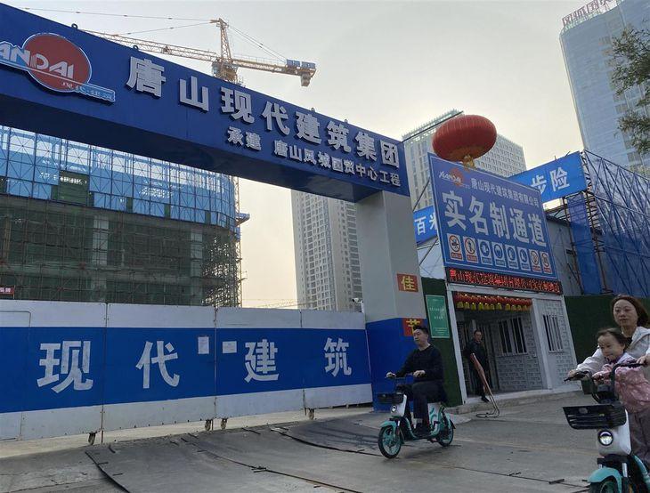 河北省唐山市の建設現場。新型コロナ後、中国各地ではマンションなどの建設が活発になっている=10月(三塚聖平撮影)