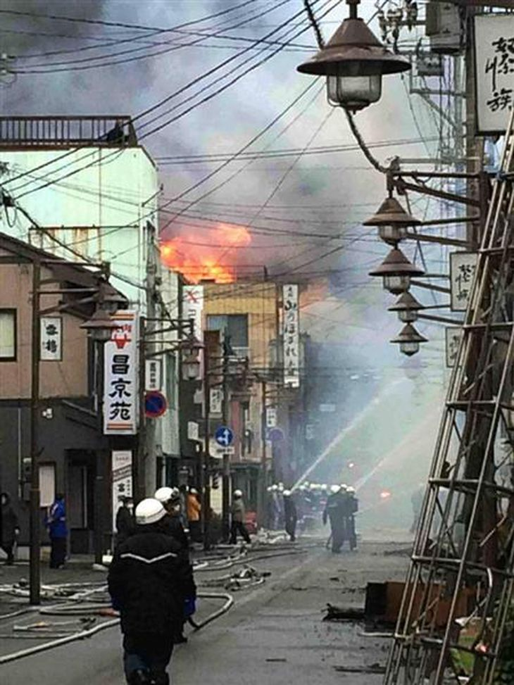 JR糸魚川駅近くで店舗や住宅など50棟以上に延焼する火災が発生。消防署員が懸命の消火活動に当たった=22日、新潟県糸魚川市大町
