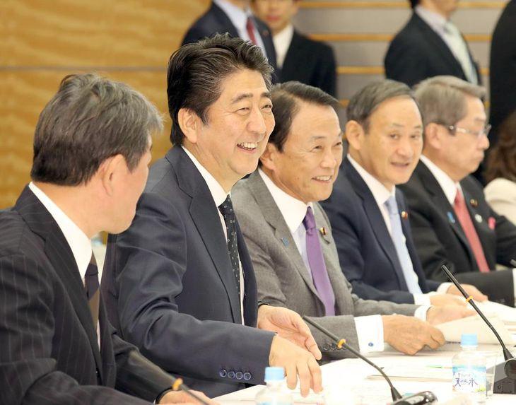 未来投資会議に臨む安倍晋三首相(手前から2人目)=22日午後、首相官邸(春名中撮影)