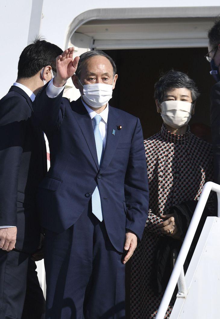 G7サミット出席などを終え、英コーンウォールの空港を出発する菅首相と真理子夫人=13日(共同)