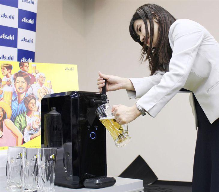 家庭用専用サーバーの使い方を実演するアサヒビール社員=7日午後、東京都内