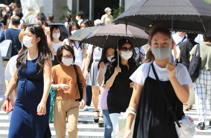 東京・表参道をマスク姿で歩く人たち=26日午後、東京都渋谷区(佐藤徳昭撮影)