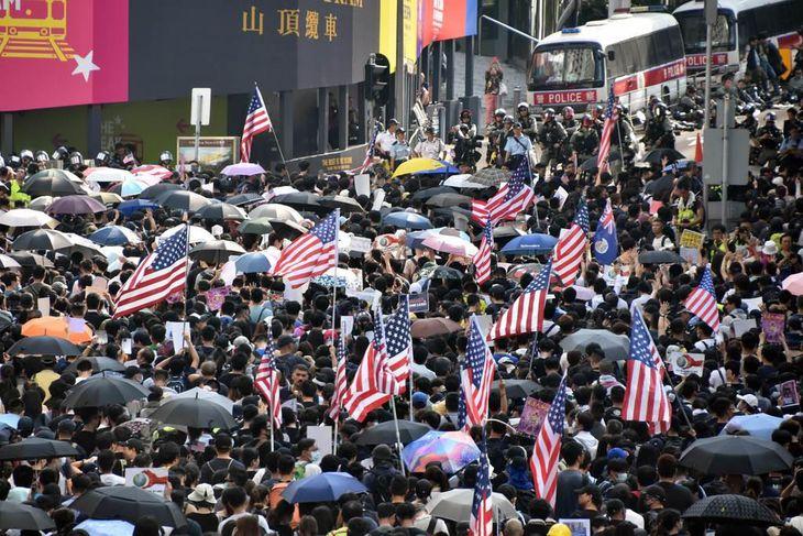 8日、在香港米国総領事館近くの路上で、米議会に「香港人権・民主主義法案」の可決を呼びかけるデモ隊(西見由章撮影)