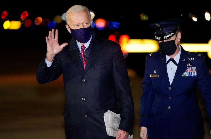 5日、米東部デラウェア州に着き、手を振るバイデン大統領(ロイター)