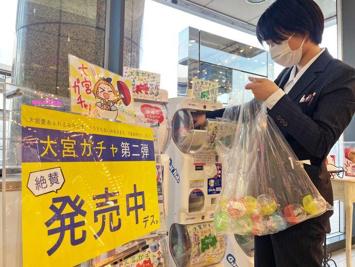 「大宮ガチャ」を販売機に追加するアルシェの担当者。補充が追い付かないほどの人気という=2日午後、さいたま市大宮区(中村智隆撮影)