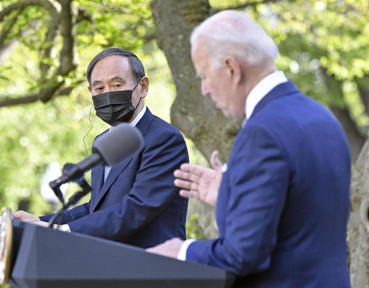 首脳会談後、バイデン米大統領(右)と共同記者会見に臨んだ菅義偉首相=16日、米ワシントンのホワイトハウス(共同)