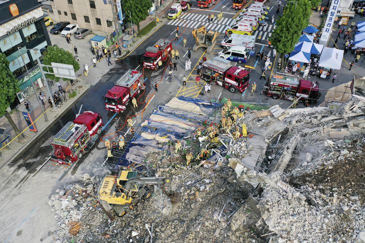 9日、韓国・光州で取り壊し作業中に倒壊したビル(聯合=共同)