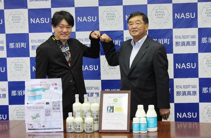 リキュールを発表する那須興業の矢沢剛志社長(左)と白相酒造の白相淑久社長