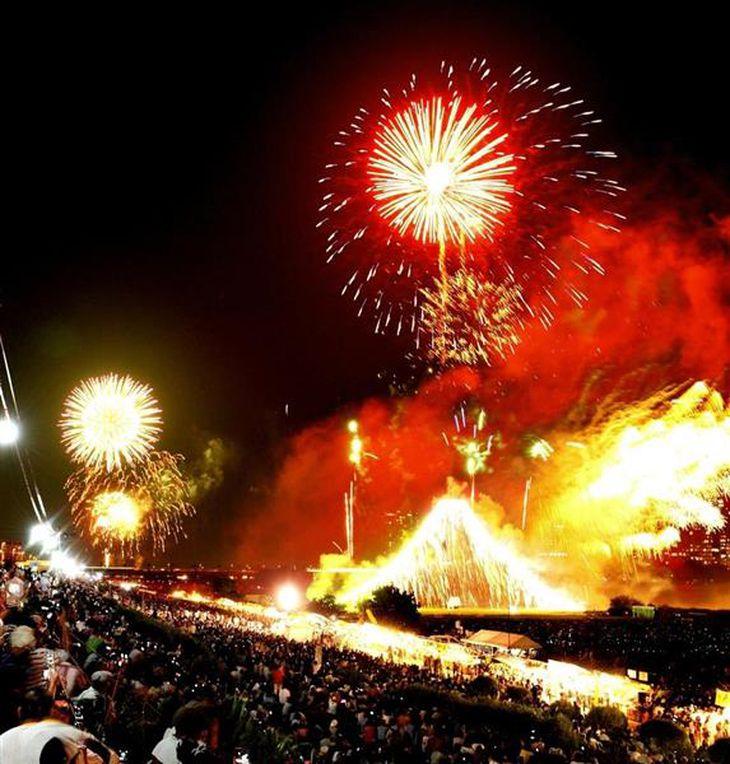 平成22年の多摩川花火大会の様子(川崎市提供)