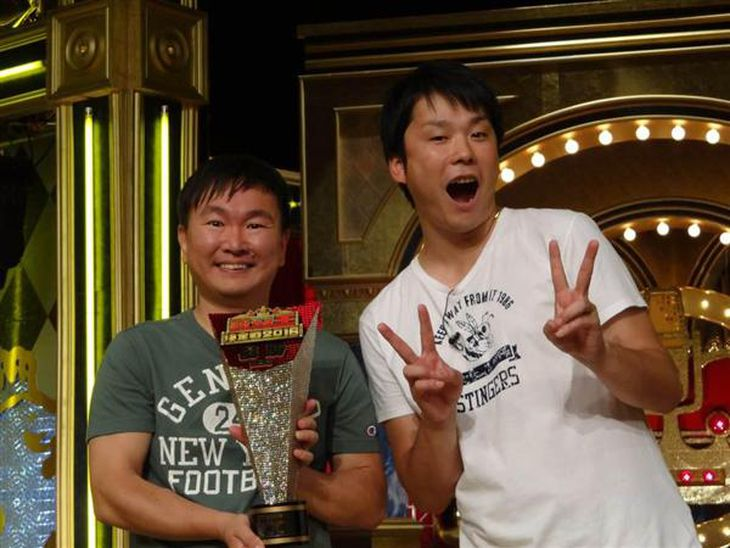 「歌ネタ王決定戦2016」で優勝したお笑いコンビ「かまいたち」の山内健司さん(左)と濱家隆一さん=7日、大阪市北区の毎日放送