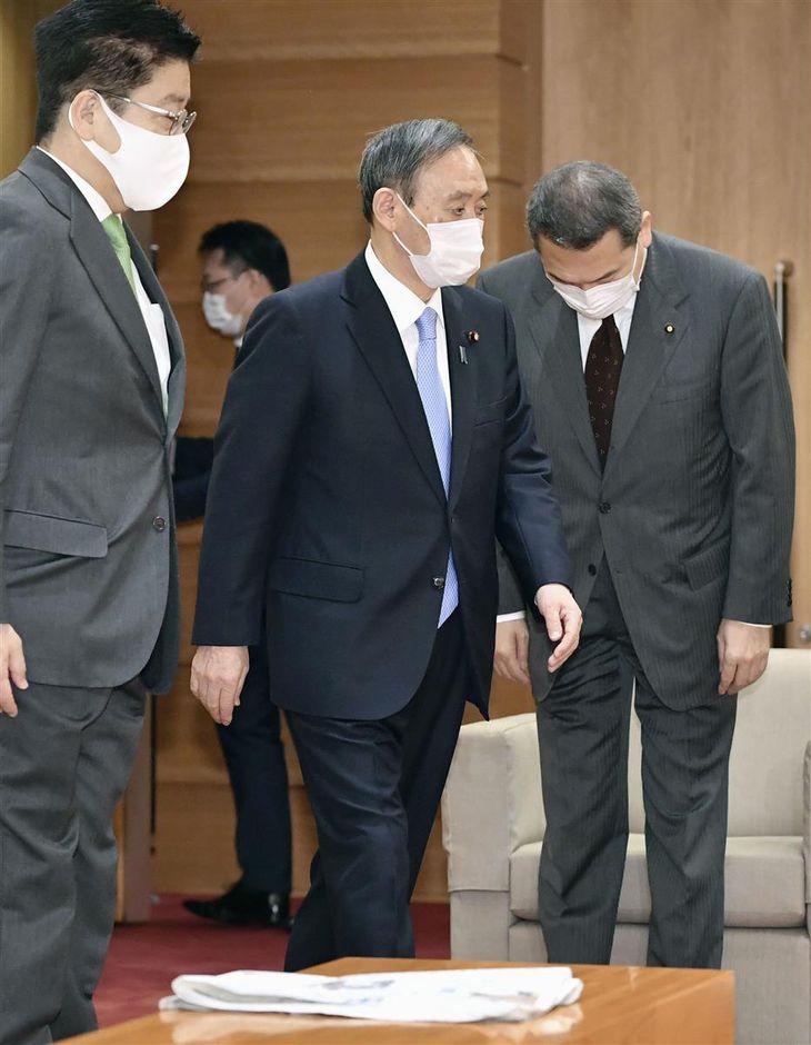 閣議に臨む菅首相(中央)ら=5日午前、首相官邸