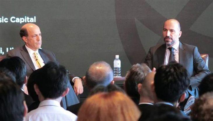 投資家向け会合でジョン・ルース元駐日米大使と対談する米ウーバーのダラ・コスロシャヒ最高経営責任者(右)=20日、東京都港区(大坪玲央撮影)