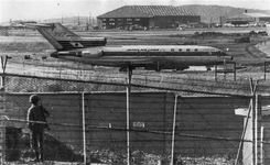 韓国・金浦空港に駐機中の日航機「よど号」。韓国政府は「北」を装い「歓迎」のプラカードを掲げたが赤軍メンバーに見破られた