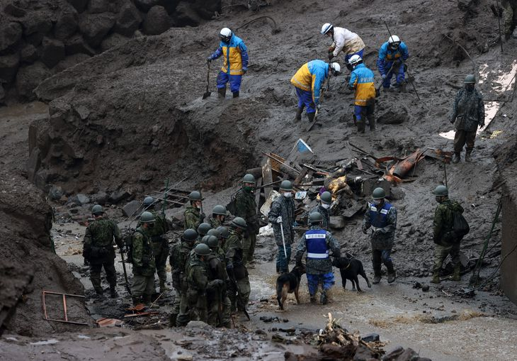 土砂崩れ現場では、警察や消防、自衛隊などによる捜索が続いた=4日午後、静岡県熱海市伊豆山(松本健吾撮影)