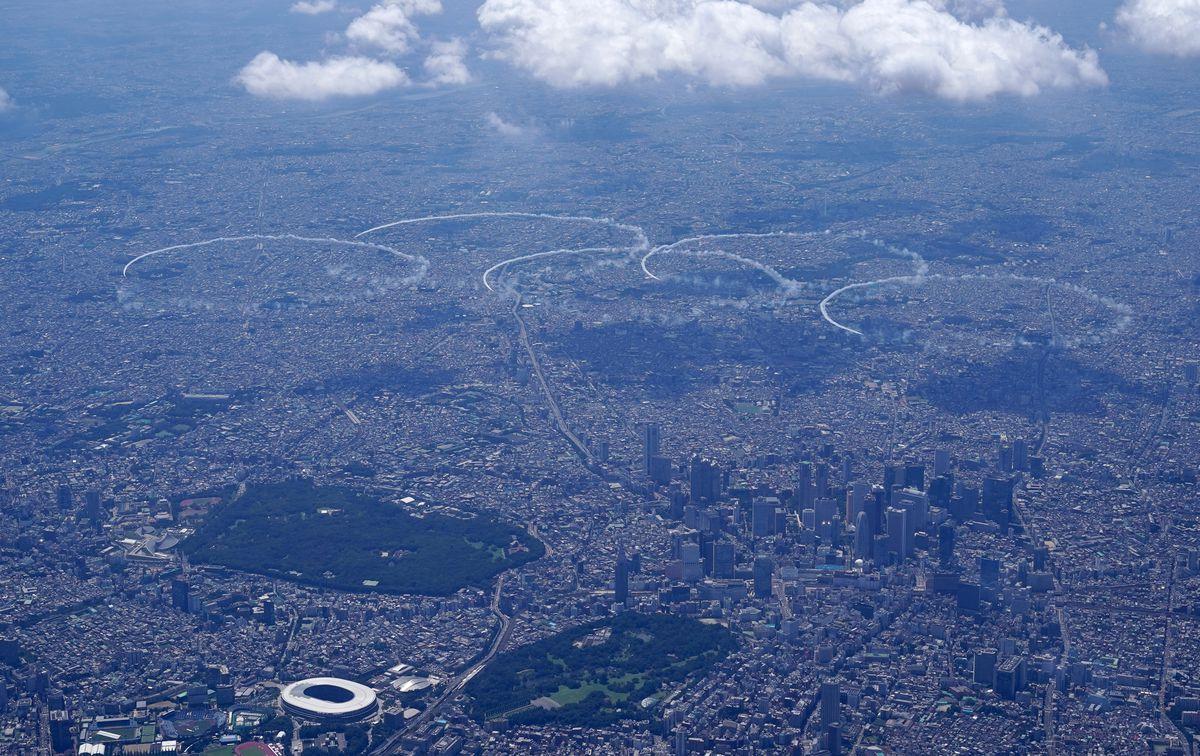 東京上空で五輪マークを描く「ブルーインパルス」=21日、東京都(産経新聞本社ヘリから撮影)